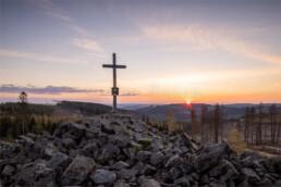 Traumhafte Aussichten über die Höhenzüge des Siegerlandes vom Gipfel des GeoTop Trödelsteine. © Jan Bosch© Jan Bosch