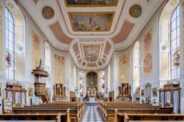 Die katholische Pfarrkirche St. Peter und Paul ist ein denkmalgeschütztes Kirchengebäude in Bad Camberg, das in seiner heutigen Form im Jahr 1781 fertiggestellt wurde. Im Inneren wurden zahlreiche Varietäten Lahnmarmor verwendet, über dessen Abbau und Geschichte das Lahnmarmormuseum in Villmar informiert. © Jan Bosch© Jan Bosch